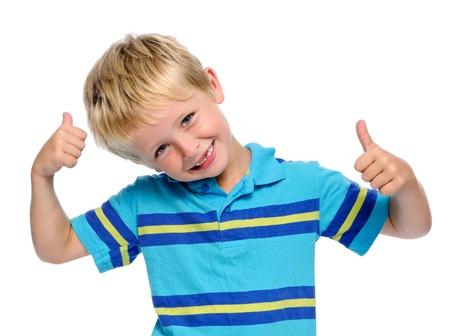 Kleine jongen geeft een thumbs up teken en is blij