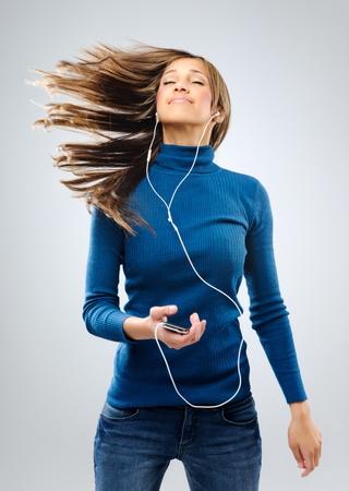 musica electronica: Mujer joven escuchando música con auriculares, divertirse y relajarse Foto de archivo