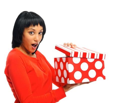 femme bouche ouverte: La femme est surprise de recevoir un cadeau, elle ouvre la boîte