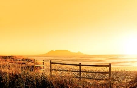 Sunset Panorama HDR von einem Strand in der Nähe von Kapstadt, Südafrika. Tafelberg in der Ferne zu sehen. Sehr große Datei, perfekt für Hintergründe oder Werbetafeln