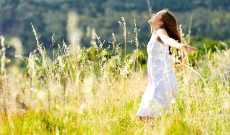 gente bailando: hermosa chica se ríe y baila al aire libre en una puesta de sol prado Durning