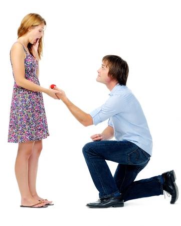 arrodillarse: Joven va de rodillas para hacer una propuesta de matrimonio