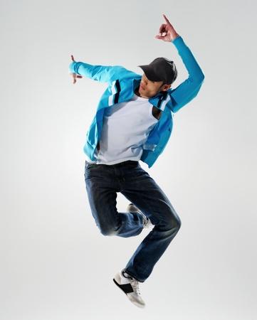 gente bailando: bailarín salta en el aire y mantiene una postura, movimiento, movimiento y emoción todo lo capturado en esta imagen