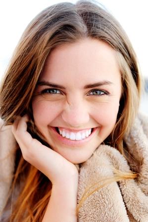 jolie fille: beau portrait d'une jeune fille insouciante accessible amical avec un sourire magnifique et regards mignons Banque d'images