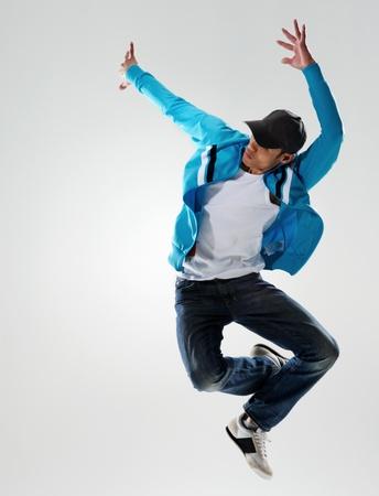 danseuse: sauts danseur dans l'air et d�tient une pose, mouvement et �motion tous captur�s dans cette image