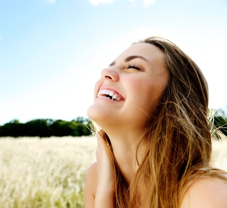 visage: beau portrait d'une jeune fille insouciante accessible amical avec un sourire magnifique et regards mignons Banque d'images
