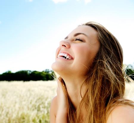 sunshine: hermoso retrato de una chica amable y despreocupada accesible con una sonrisa impresionante y lindo aspecto Foto de archivo