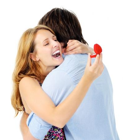 Vrouw is dolblij met haar voorstel en de aanstaande bruiloft