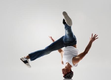 breakdancer congelato nel girare la testa a metà, classico moderno hip hop o danza movimento pausa Archivio Fotografico
