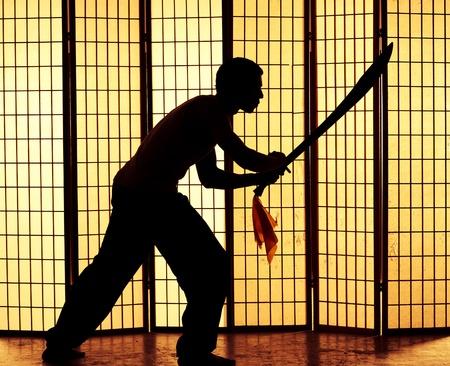 mortale: mortale giapponese assasis weilds spada e si concentra sulla sua prossima vittima