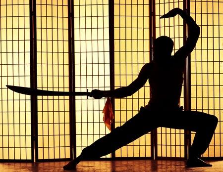 artes marciales: asesino mortal esgrime la espada y se centra en su próxima víctima