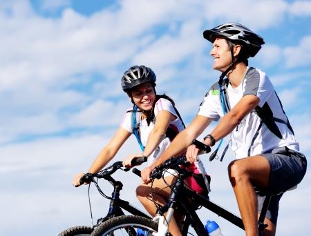 bicyclette: Happy insouciants de montagne en plein air de v�lo en couple � v�lo et menant une vie saine. Banque d'images