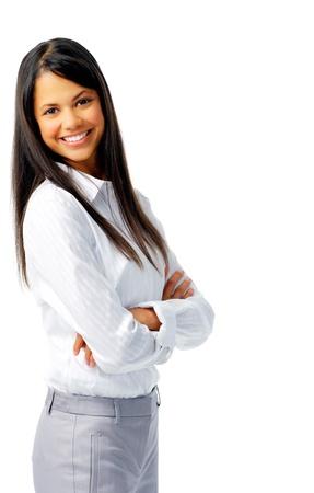 blusa: Sonriente mujer alegre, con los brazos cruzados, aislado en blanco