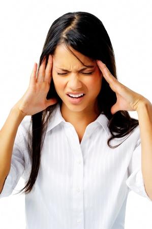 blusa: Mujer estresante lucha con migra�a mal, aislados en blanco