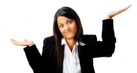 혼란스러운: 혼란 젊은 사업가 우둔 제스처에 그녀의 어깨를 으쓱
