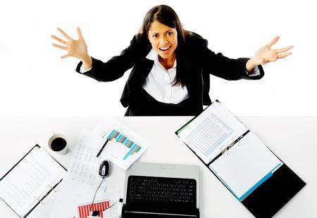 Geschäftsfrau betont wird und bittet um Hilfe mit einer Geste der Arme in Richtung der Kamera. Hilflosigkeit und überwältigt