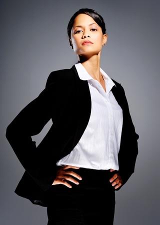 Exitosa mujer de negocios en juego con las manos en las caderas Foto de archivo