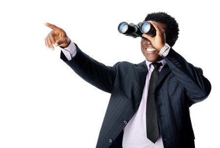 monitoreo: Hombre de negocios que apunta binocular y sonriente aislados en blanco Foto de archivo
