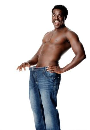 허리의 잘룩 한 선: 건강 슬림 남자는 어떤식이 요법과 체중 감량 및 건강한 생활 습관 검은 아프리카 사람이 후 그의 얇은 허리 라인을 보여줍니다