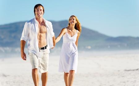 parejas enamoradas: Pareja rom�ntica luna de miel a pie en la playa durante las vacaciones de verano vacaciones tropicales. el estr�s sin preocupaciones concepto de estilo de vida libre.