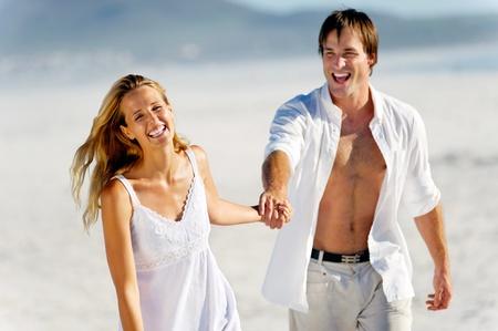 parejas felices: Pareja rom�ntica luna de miel a pie en la playa durante las vacaciones de verano vacaciones tropicales. el estr�s sin preocupaciones concepto de estilo de vida libre.
