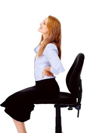 espalda: Joven empresaria sufre de dolor de espalda causado por su silla de oficina
