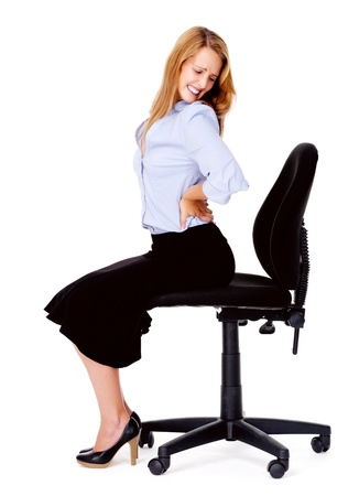 dolor de espalda: Mujer de negocios que tiene dolor de espalda despu�s de estar sentado en la silla de oficina