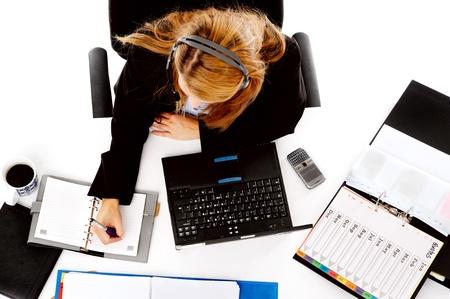 messy desk: mujer muy ocupada trabajando en su escritorio. ver desde arriba del escritorio desordenado y las mujeres multitarea Foto de archivo