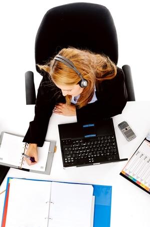 messy desk: mujer ocupada que trabaja en su escritorio. vista desde arriba del escritorio desordenado y mujeres multitarea