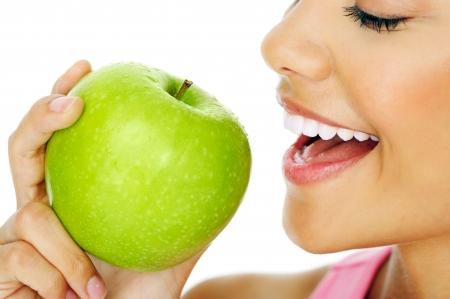fille indienne: Healthy femme heureuse manger la pomme pr�s macro