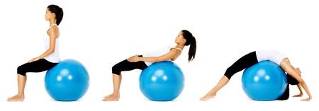 pilate: Monter femme en bonne sant� utilise ballon de gymnastique pilates dans le cadre de tonification et de l'exercice de formation de b�timent de muscle. isol� sur blanc, voir portefeuille pour plus de cette s�rie. Banque d'images