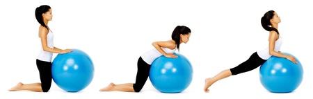 muskelaufbau: Fit gesunde Frau nutzt Pilates Gymnastikball als Teil der Toning und Muskelaufbau �bung. isoliert auf wei�, siehe Portfolio f�r mehr in dieser Serie.