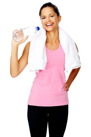 Mujer sana ción hispánica con una toalla de gimnasio y una botella de agua aislado en blanco