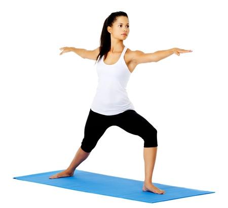 guerrero: Joven mujer guerrera de yoga pose. Esto es parte de una serie de varias de las poses de yoga por este modelo, aislado en blanco