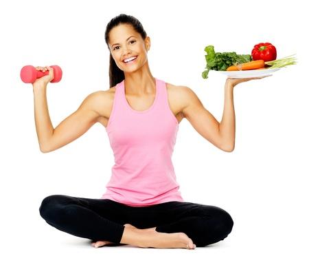 dieta sana: Retrato de una mujer sana con verduras y las pesas de la promoci�n de una buena condici�n f�sica y comer el estilo de vida