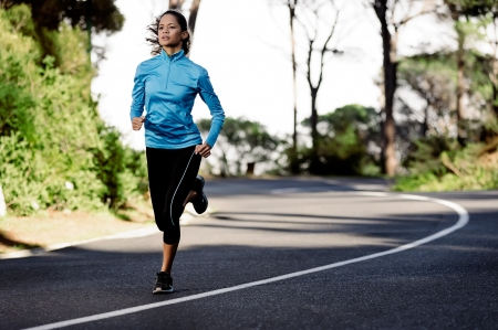 course � pied: portrait d'une femme en bonne sant� pour la formation en cours d'ex�cution le long d'une route de montagne tout seul. athl�te bien-�tre de remise en forme