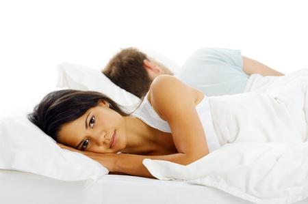 mujer en la cama: Infeliz pareja acostada en la cama de espaldas el uno del otro despu�s y discusi�n o pelea