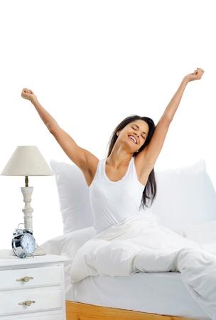 despertarse: Alegr�a, feliz, mujer alegre despertar con una sonrisa en la cama y estirar los brazos hacia arriba