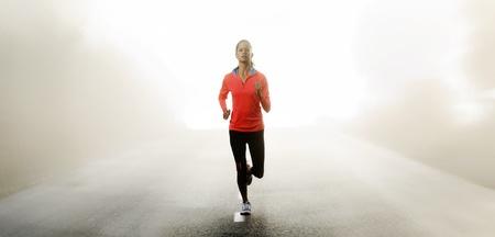 Panorama van de atleet loopt buiten op een weg opleiding en oefeningen voor een marathon endurance sport.