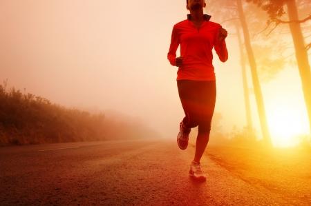 maraton: Atleta corriendo por la carretera en la formaci�n de la ma�ana del amanecer de marat�n y de buena condici�n f�sica mujer de estilo de vida latino activo ejercicio al aire libre Foto de archivo