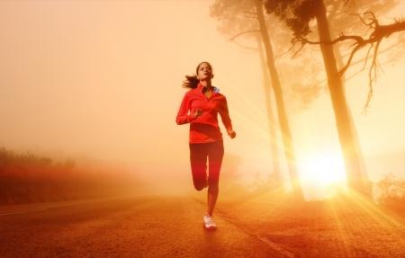 Atleta della circolazione su strada nella formazione mattina all'alba per la maratona e il fitness donna sano stile di vita attivo latino all'aperto che esercitano