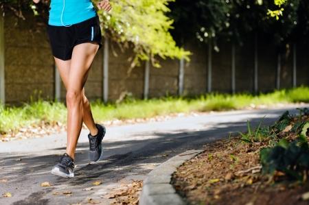 piernas mujer: corriendo entrenamiento saludable para la mujer de fitness al aire libre, atleta de maratón en callejón de la vitalidad ejercicio de estilo de vida Foto de archivo