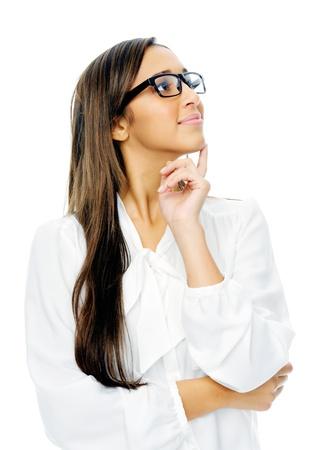 mujeres pensando: Pensando retrato de mujer de negocios hispano con gafas aisladas sobre fondo blanco