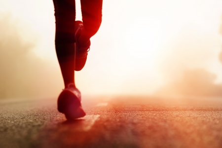 アスリート: 道路上で実行されるランナー選手フィート。女性フィットネス シルエット日の出ジョグ ワークアウト ウェルネス コンセプト。