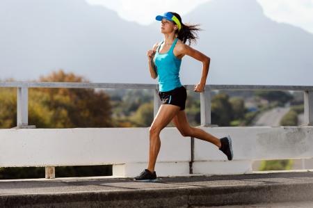 atleta corriendo: Atleta corriendo en el puente. la acci�n de tiro de finalista en el aire. estilo de vida saludable mujer de fitness