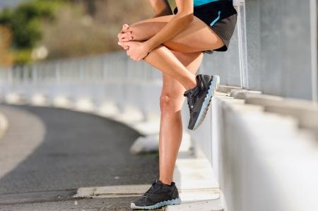 dolor rodilla: lesi�n en la rodilla de corredor de atleta. mujer en el dolor tras lesionarse la pierna durante el entrenamiento para la aptitud de marat�n