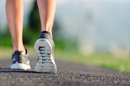 atleta corriendo: pies de un atleta que corre en un entrenamiento v�a parque para fitness y estilo de vida saludable
