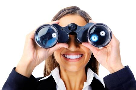 vision futuro: Retrato de una mujer de negocios en busca de nuevas oportunidades de trabajo con los prismáticos. También se puede utilizar como concepto de negocio visión