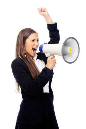 Femme d'affaires avec le mégaphone criant et hurlant isolé sur fond blanc avec le costume et talons hauts