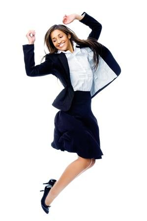 springende mensen: Zorgeloos vieren zakenvrouw springen met vreugde, overwinning en geluk terwijl glimlachend in een pak geïsoleerd op witte achtergrond Stockfoto